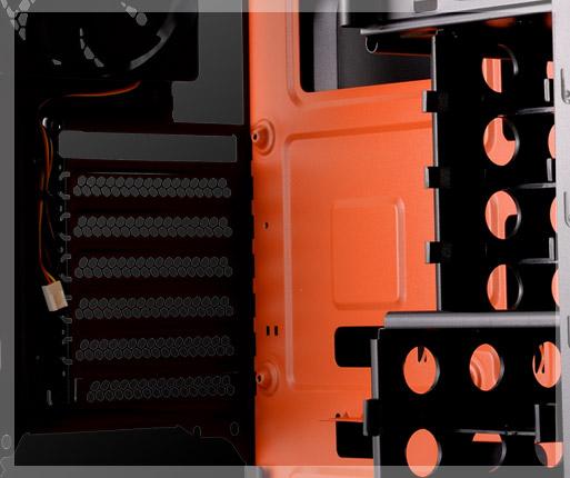 COUGAR MX310 - Interior inspirado en temática de juegos con diseño naranja y negro.